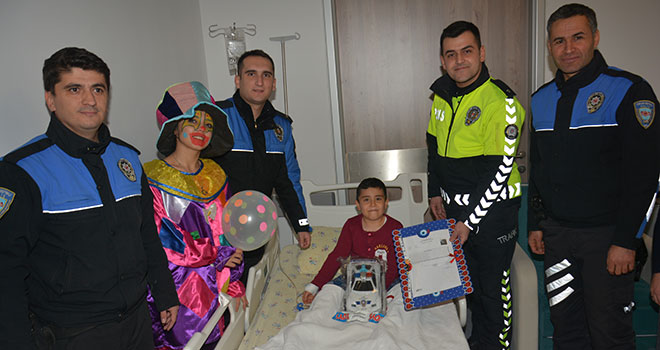 Hastanede Tedavi Gören Çocuklara Karne Sürprizi