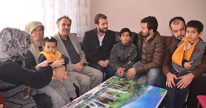 """Yardımsever Gençler, İhtiyaç Sahibi Aileye """"Sıcak Yuva"""" Kurdu"""