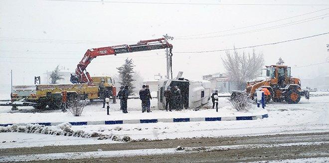 Kahramanmaraş'ta servis midibüsü devrildi: 2 yaralı