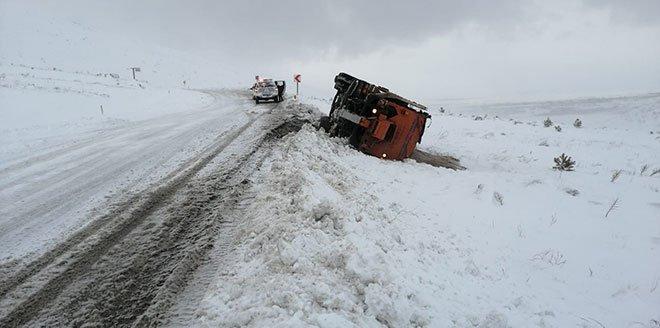 Kar Küreme Aracı Devrildi; İki İşçi Yaralandı