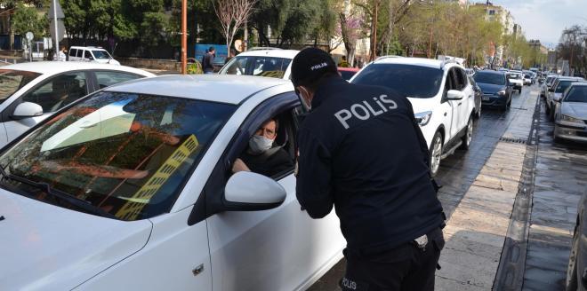 Ehliyetsiz sürücü polisi görünce yan koltuğa geçse de kurtulamadı