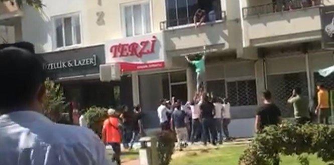 Balkondan Düşen Kadını Çevredekiler Kurtardı